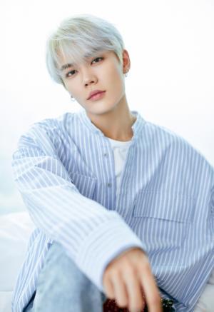 林彦俊白头发蓝色套装帅气清新写真