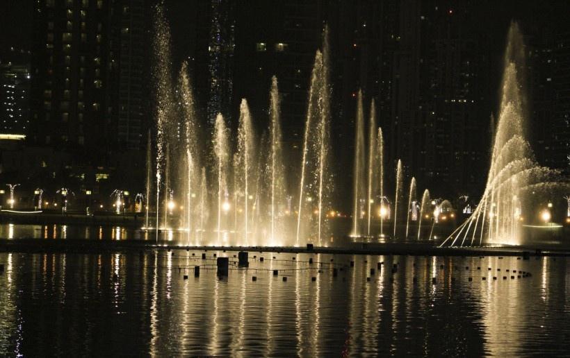 夜晚漂亮的喷泉风景图片