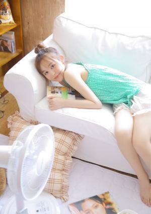 浅笑甜美白嫩脸庞养眼美少女