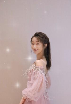 肖燕粉色吊带裙少女风写真图片