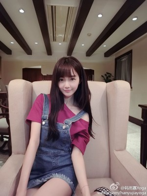 韩雨嘉粉色T-shirt吊带牛仔裙居家写真图片