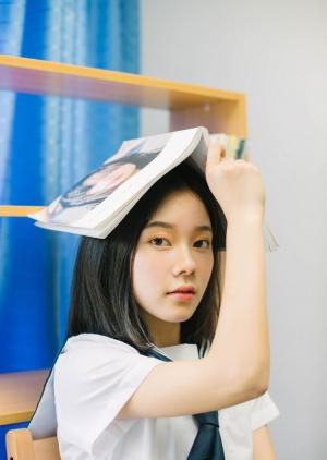 中分短发美女学生妹眉清目秀水手制服教室写真图片