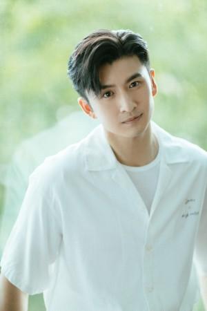 张云龙干净清爽白衬衫写真图片