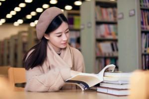 孤独的女孩静静的看着书