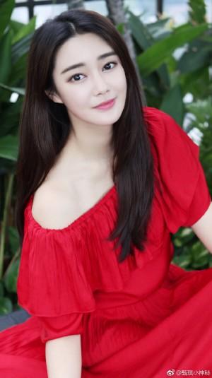 甄琪红色裙装户外清新甜美图片
