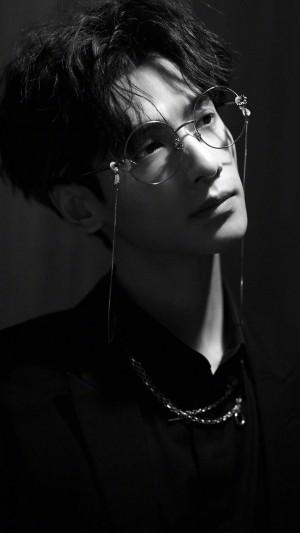 罗云熙成熟迷人黑白写真