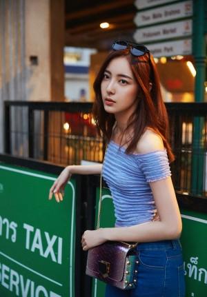 米露小露蛮腰清新性感街拍图片
