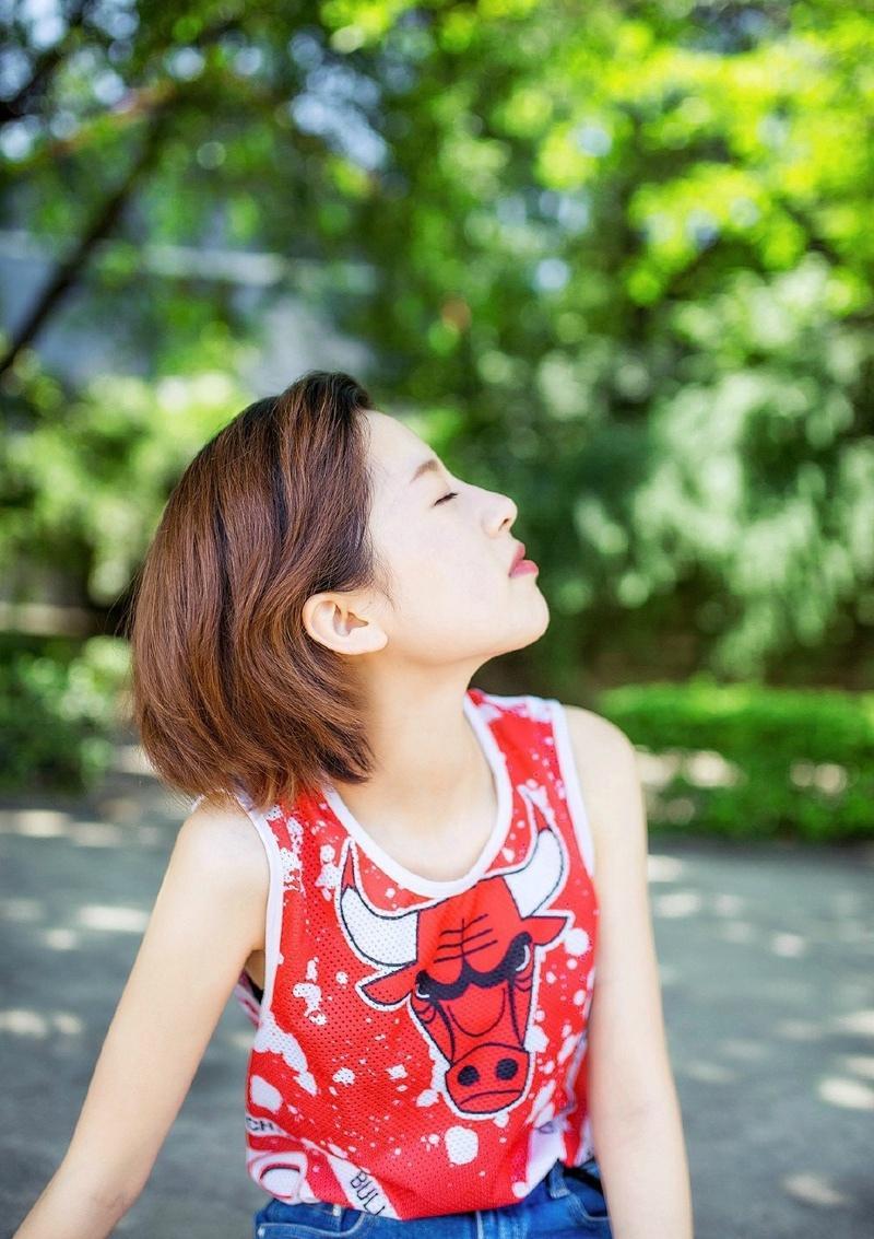 短发率性女孩街道性感写真个性十足