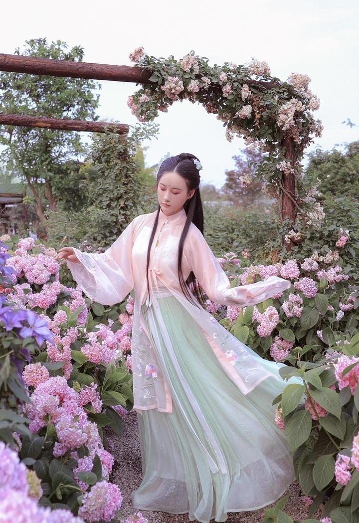 花园里清秀气质古装美女图片