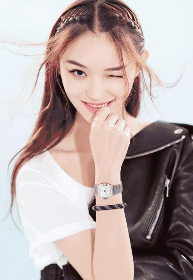 林允浪漫少女感腕表写真大片
