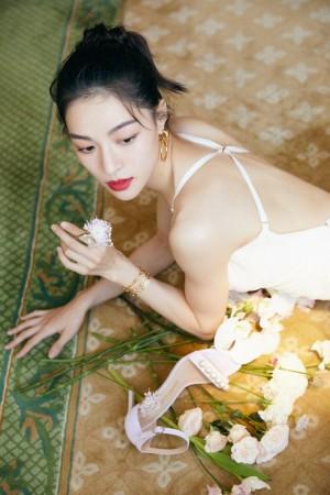 钟楚曦白色吊带裙简约利落气质写真图片