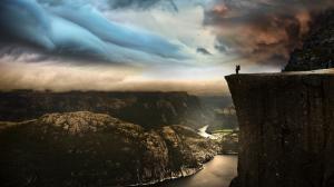 挪威旅行Robin Kamp 站在604米的悬崖边缘