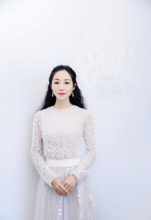 韩雪白色蕾丝长袖裙仙气十足