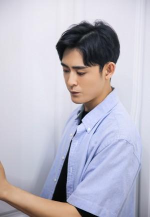 李欣泽浅蓝色衬衫帅气写真图片