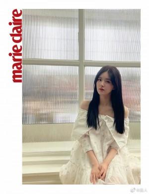 赵露思白色印花裙装甜美可人写真