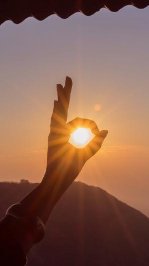 阳光和手的唯美意境图片,积极正能量OK姿势