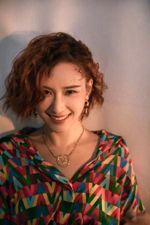 何超莲复古红发时髦俏丽写真图片