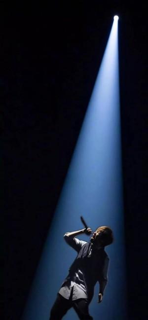 抖音上很火的五月天阿信演唱会一束光