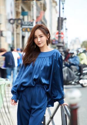 姚笛休闲纯蓝套装气质巴黎街拍