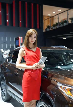 2018北京车展美女肤白貌美腰细腿长迷人写真图片
