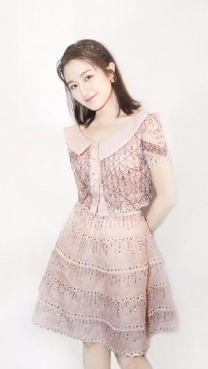 李兰迪粉色甜美连衣裙造型