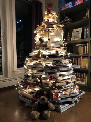 书籍堆成的创意圣诞树