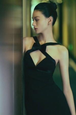 邱天黑色礼服简洁凌厉写真图片
