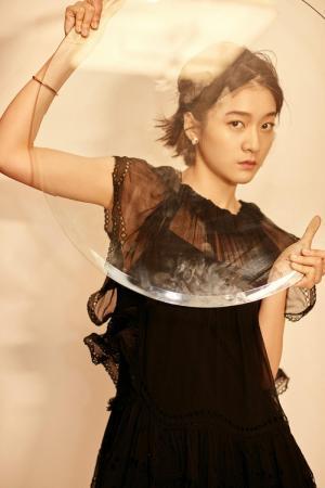 張雪迎黑色薄紗連衣裙時尚俏麗寫真圖片