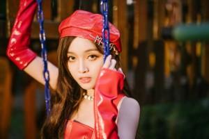 吴宣仪复古红裙时尚写真图片