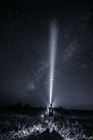一束光照亮整个天际