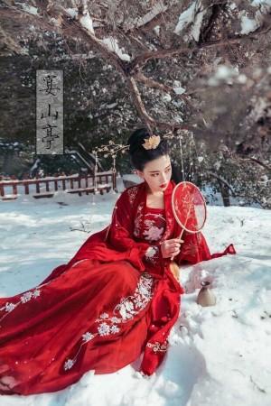 雪地上身穿红色汉代婚纱礼服手执团扇古装美女唯美写真