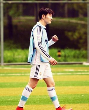 李东学踢足球图片