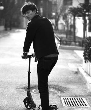 李子峰1ee 李子峰玩滑板车耍酷写真曝光