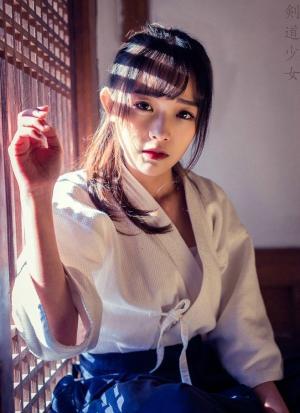 英姿飒爽的剑道性感少女实力撩妹
