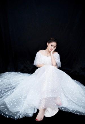 陈乔恩露肩婚纱仙气性感写真图片