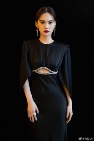 杨丞琳镂空高腰黑长裙简约大气写真图片