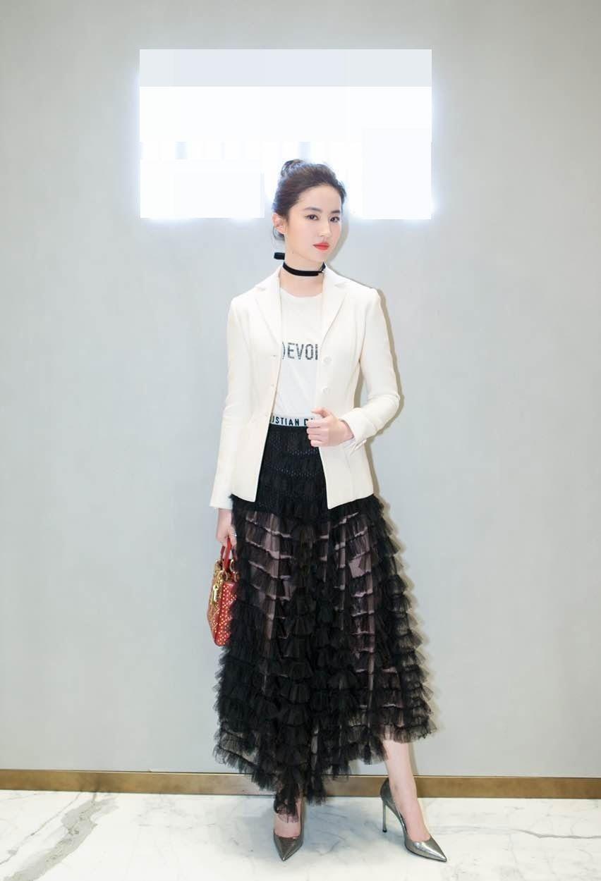 刘亦菲透视蕾丝裙干练不失俏皮写真