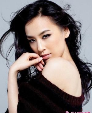 黄圣依微露香肩拍时尚写真