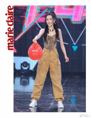 迪丽热巴卡其色工装裤甜酷活动照图片