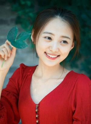 天然苹果肌红裙少女脸圆甜美写真图片