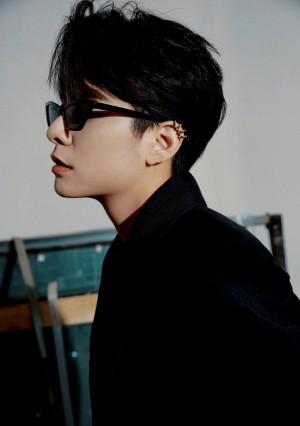 刘逸云深v真空黑色西装帅气魅力写真图片