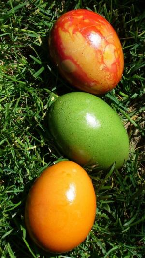 草地上的复活节彩蛋图片
