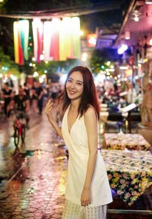 米露深V性感街拍图片