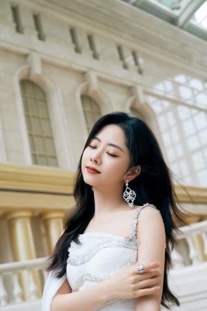 谭松韵珍珠白礼裙造型优雅温柔活动照图片