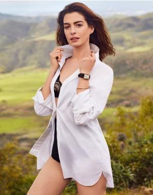 美国电影女演员安妮·海瑟薇郊外性感妩媚写真