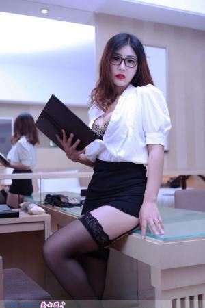 性感美女闫盼盼巨乳上演办公室制服诱惑