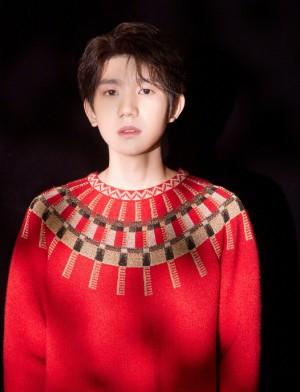 王源红色毛衣简单温暖写真图片