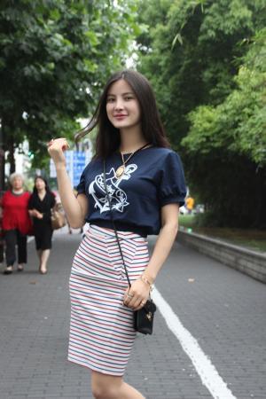 翘臀美女朱韵淇气质动人街拍图片