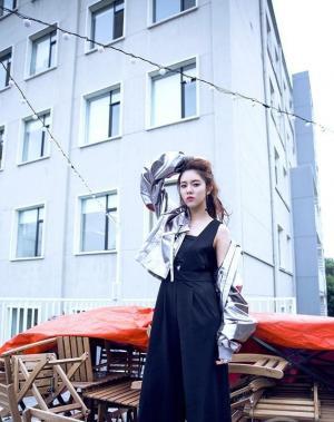 美女明星宋妍霏最新街头时尚大片