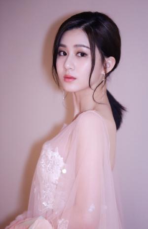 刘颖伦露背白纱裙性感图片